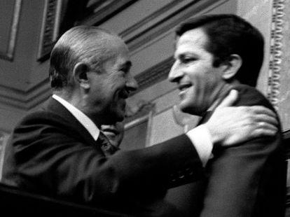Arias Navarro, último presidente de un Gobierno franquista, felicita a Suárez tras su discurso sobre la ley de Asociaciones Políticas (9/6/1976)