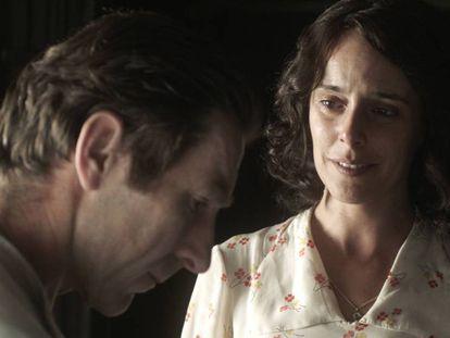 Antonio de la Torre y Belén Cuesta, en 'La trinchera infinita'. En el video, Boyero habla de la película.