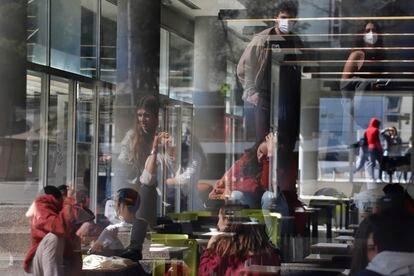 Estudiantes en el campus de la Universidad Autónoma de Barcelona, el pasado marzo.