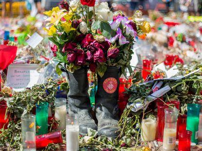 Dos botas de Bomberos de Barcelona en uno de los memoriales.