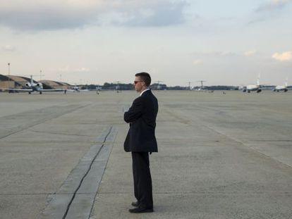 Un agente del Servicio Secreto, el cuerpo policial cuestionado por sus fallos en la protección del presidente, espera la llegada de Obama a la base de Andrews, cerca de Washington