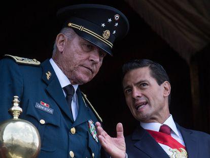 El general Salvador Cienfuegos, junto a Peña Nieto en 2016.