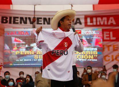 El candidato presidencial por el partido Perú Libre, Pedro Castillo, pronuncia un discurso durante un mitin de campaña en el norte de Lima el 18 de mayo de 2021.