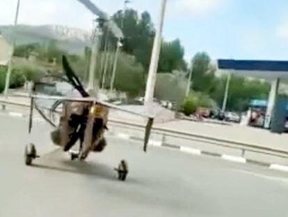 La Guardia Civil denuncia al piloto de un autogiro que circulaba por una carretera de Castalla.