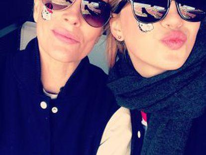 Foto subida en Twitter por Ireland Baldwin junto a su madre, Kim Basinger.