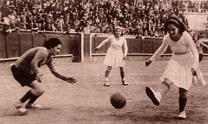 Fotografía publicada en 'Crónica' sobre el partido del Valencia CF y el España CF, celebrado en Barcelona en 1931.