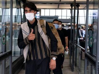 Ciudadanos evacuados de Afganistán, a su llegada a Washington este domingo.