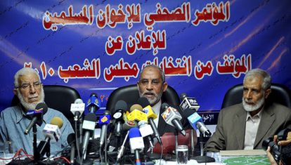 Mohamed Badia, líder de los Hermanos Musulmanes (centro), junto a dos miembros de la formación islamista, el sábado en El Cairo.