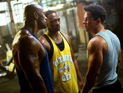 Dwayne Johnson, Anthony Mackie y Mark Wahlberg, en el filme.