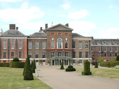 Vista general de la fachada principal del palacio de Kensington.