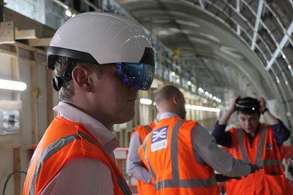 Algunos proyectos ya permiten ver a través de unas gafas de realidad aumentada las tripas de los edificios, por ejemplo para identificar cableado y tuberías.