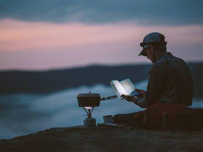 Los accesorios para cocinar e iluminar son esenciales para el camping y el senderismo.