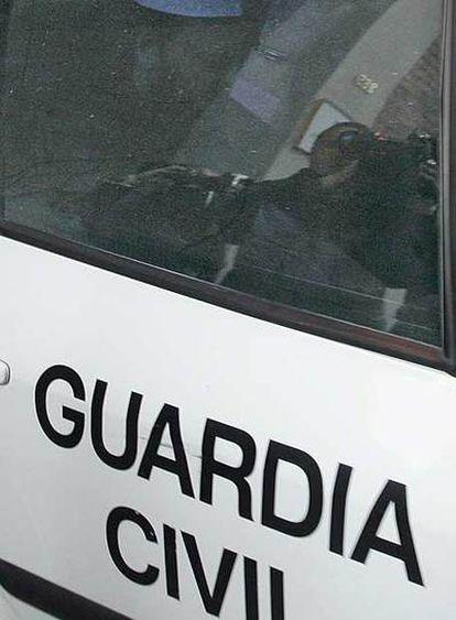 La Guardia Civil traslada a uno de los islamistas detenidos.