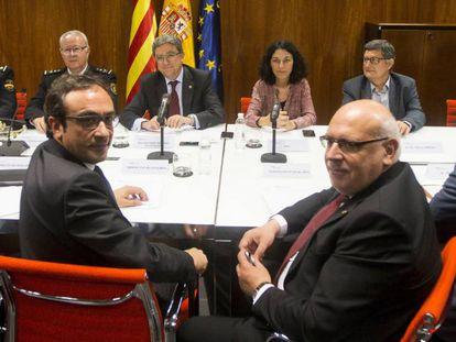 Reunión entre la Generalitat (frente) y el Gobierno central (fondo), hoy en El Prat.