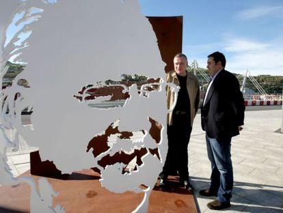 Alex Azkuna, hijo del exalcalde de Bilbao, y el escultor Juanjo Novella junto a la escultura.