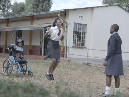 Estudiantes con y sin discapacidad en un colegio de Zimbabue.