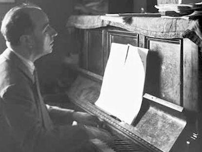 Joaquín Rodrigo, en su casa de Madrid en 1946.
