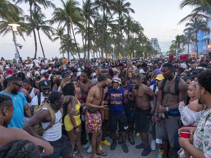 Miles de personas beben y se divierten sin mascarillas ni distancias en las calles de Miami Beach, este sábado.