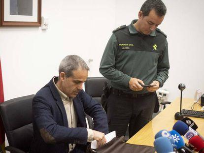 El subdelegado del Gobierno en Cádiz, José Pacheco (sentado) y el teniente coronel de la Comandancia de Algeciras Fernando López Rey, este domingo en Algeciras. En vídeo, barcos de Barbate y Algeciras salen a buscar a los desaparecidos.