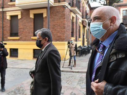 El empresario minero Victorino Alonso (derecha), el pasado 26 de abril a su llegada a la Audiencia Provincial de León.