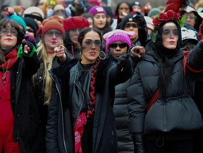 Las Tesis interpretan 'Un violador en tu camino' durante la Marcha de Mujeres en Washington (EE UU), en enero de 2020. / MARY CALVERT / REUTERS