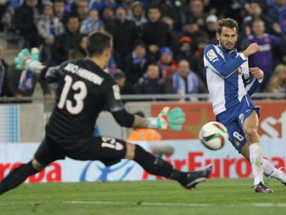 Stuani chuta sobre Herrerín, portero del Athletic.