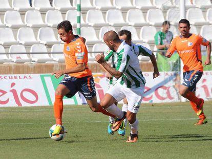 El alavesista Guzmán controla la pelota en el partido de Córdoba.