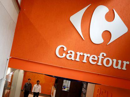 Logo de Carrefour en un supermercado en São Paulo (Brasil).