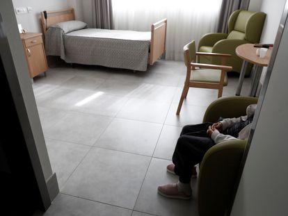 Una señora, el pasado 11 de abril, en una habitación de una residencia en Madrid.