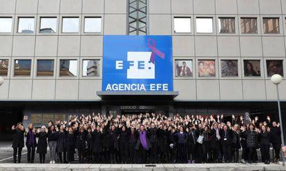 Trabajadoras de Efe concentradas este miércoles a las puertas de la agencia.