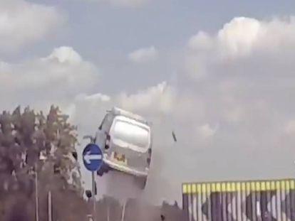 En vídeo, el momento el que una furgoneta circula a gran velocidad y sale volando cuando termina la carretera