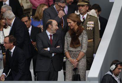 El secretario general del PSOE, Alfredo Pérez Rubalcaba y la Infanta Elena, en una imagen de archivo.