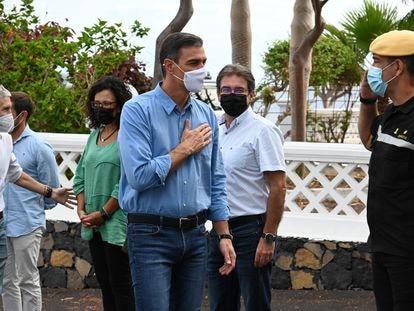 El presidente del Gobierno, Pedro Sánchez, visita las zonas afectadas por la erupción del volcán en La Palma, este lunes.