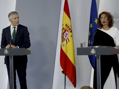 El ministro del Interior, Fernando Grande-Marlaska y la ministra Portavoz, María Jesús Montero, durante la rueda de prensa posterior a la reunión del Consejo de Ministros este martes en Moncloa. EFE/ Ballesteros