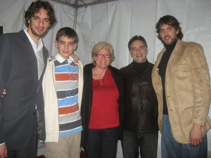 Pau, a la izquierda, y Marc, a la derecha, con sus padres, Agustí y Marisa, y su hermano Adrià, en 2006.