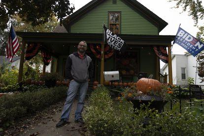Mike Bradley, en el jardín de su casa.