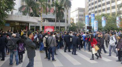 Cientos de manifestantes protestan a las puertas del semanario censurado.