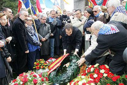 Rodríguez Zapatero realiza una ofrenda floral en el monumento a los españoles del campo de Mauthausen.