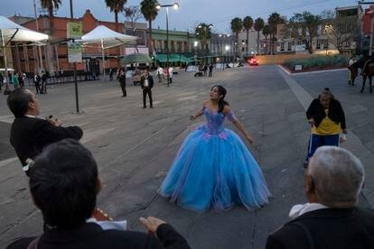 Una quinceañera canta al ritmo de un grupo de mariachis en la Plaza Garibaldi, prácticamente desierta ante la pandemia de coronavirus.