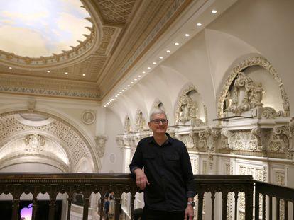 El consejero delegado de Apple, Tim Cook, posa en la inauguración de una tienda de la empresa en Los Angeles, el pasado 24 de junio.