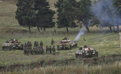 Varios tanques y militares desplegados en la ciudad de Arida y vistos desde la ciudad fronteriza libanesa de Wadi Khaled