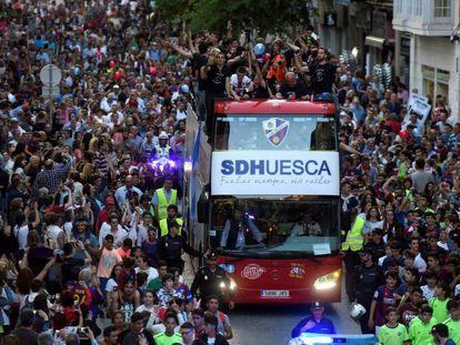 Los jugadores del Huesca celebran el ascenso con los aficionados.