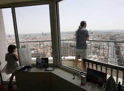 Terraza del apartamento de una de las últimas plantas de la Torre de Madrid, en la plaza de España.