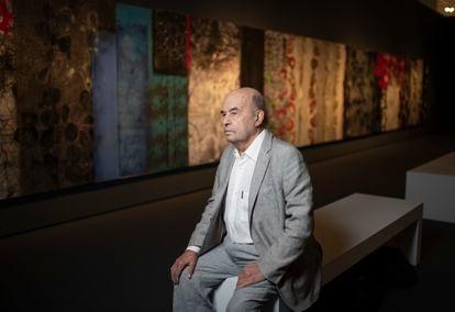 El pintor José Luis Alexanco posa en su exposición de la sala Alcalá 31 (Madrid) en septiembre de 2020.