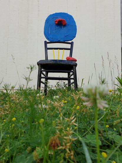 La escultura 'Mujer sentada y niño' creada por Miró en 1967, envuelta de hierba en estos días en los que la Fundación está cerrada. / M. D.