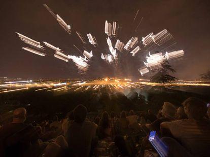 Asistentes a 'Anochece en el parque', espectáculo pirotécnico con musica que despide 'Veranos de la Villa'.