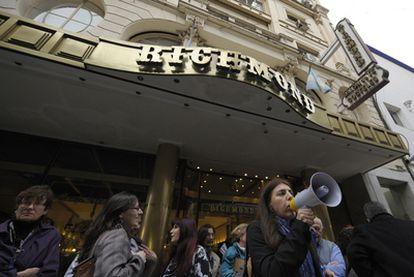Protesta contra el cierre del Richmond a las puertas del café bonaerense.