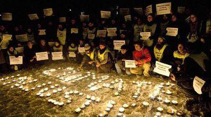 Activistas de Greenpeace anoche, en una vigilia contra el fracaso de la cumbre y en demanda de libertad para los tres ecologistas detenidos.