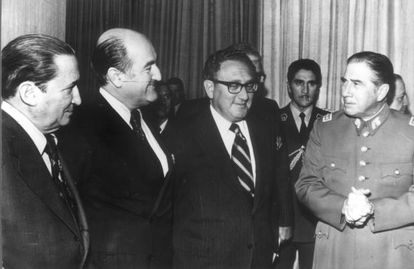 Kissinger (con gafas), junto a Pinochet (derecha) en 1976.