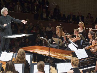 Simon Rattle dirige a la orquesta y al coro de la Academia del Festival de Lucerna.